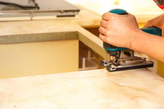 Quels sont les avantages d'un plan de travail prédécoupé pour plaque de cuisson?