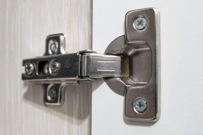 Comment régler la charnière d'une porte cuisine avec amortisseur sans l'aide d'un professionnel ?