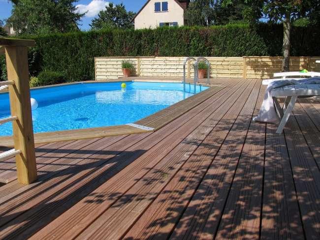Techniques de pose de terrasse en bois autour d'une piscine