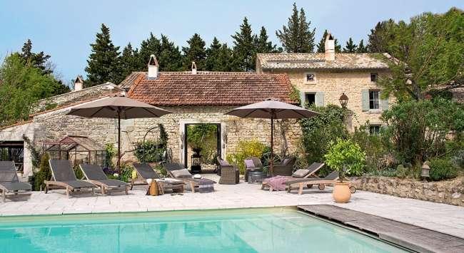d'aménagement paysager autour d'une piscine