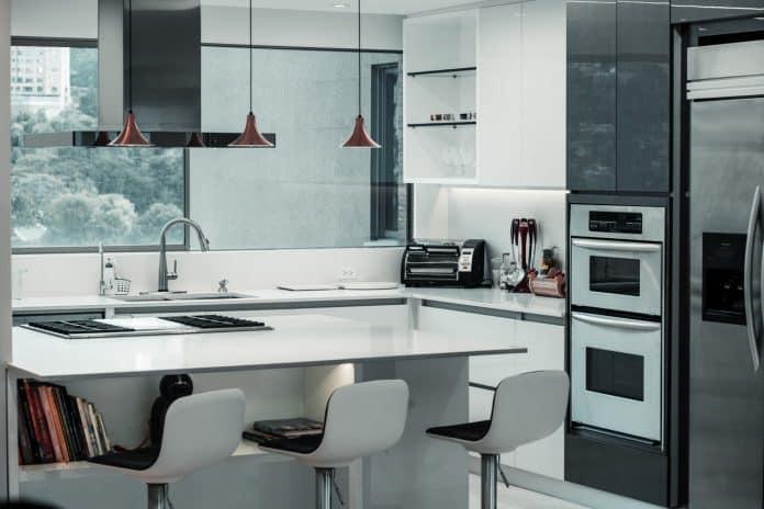 Voici une cuisine avec un frigo américain